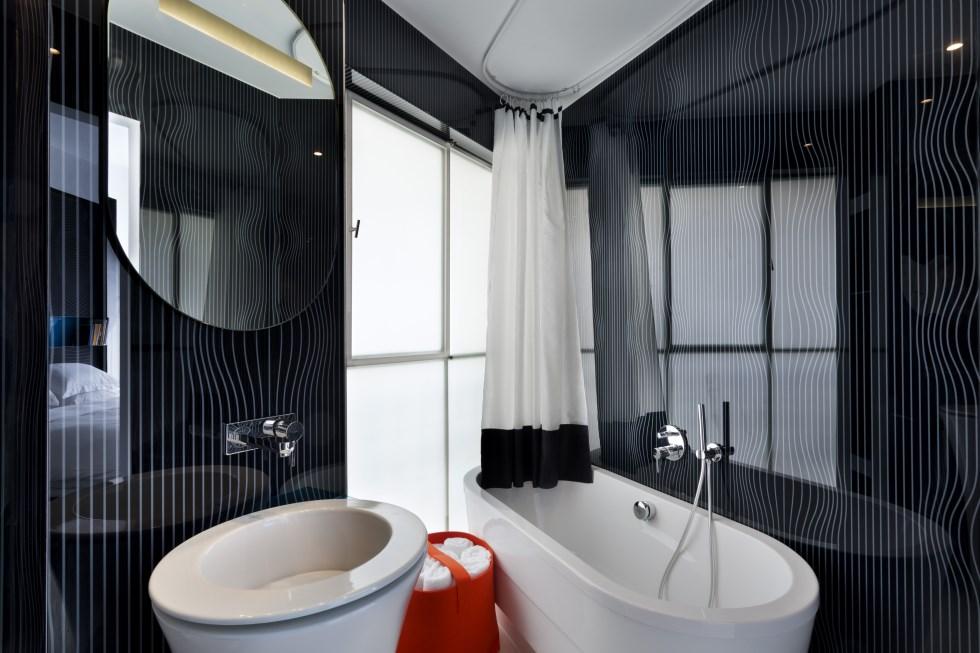 הקו העיצובי המיוחד ממשיך גם לחדרי הרחצה, צילום: אסף פינצ'וק
