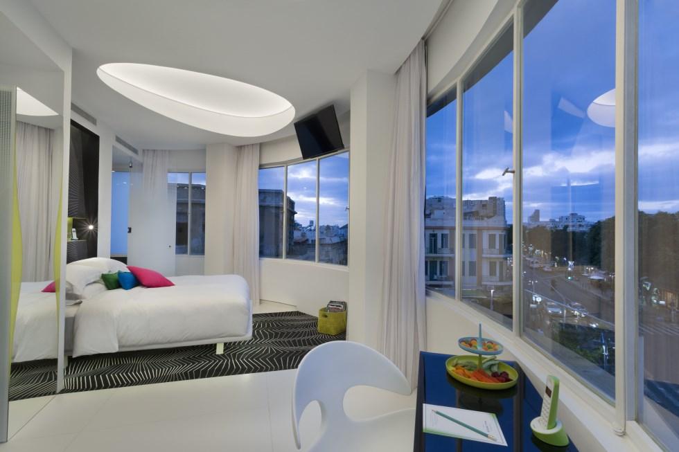 הסוויטה המעוגלת במלון - חלל ייחודי ובעל חלונות פנורמיים הצופים על כיכר מגן דוד, צילום: אסף פינצ'וק
